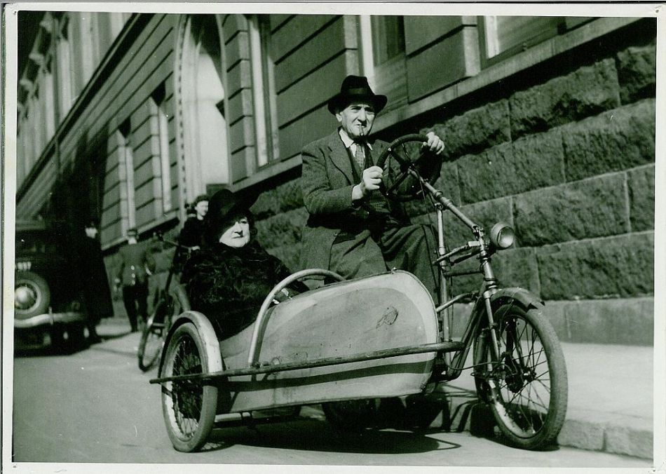 1024px-Bike_with_a_side_car_(Between_1940_and_1945)_(9268327598)
