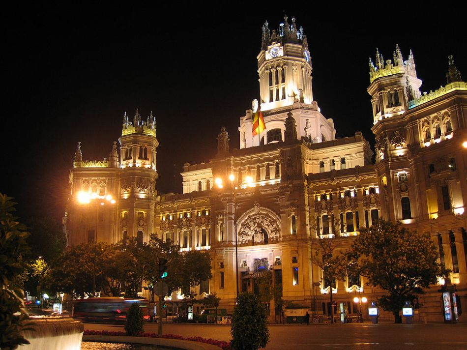 1024px-Edificio_Correos_Cibeles_Noche_013